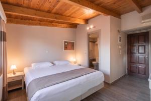 Кровать или кровати в номере Yria Hotel
