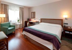 A bed or beds in a room at Parador de Villafranca del Bierzo