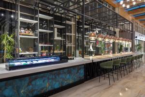 De lounge of bar bij Nirvana Cosmopolitan