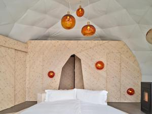 Ein Bett oder Betten in einem Zimmer der Unterkunft Whitepod Eco-Luxury Hotel