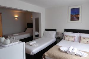 A bed or beds in a room at Capri Guest House