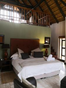 Un ou plusieurs lits dans un hébergement de l'établissement Morokolo Safari Lodges