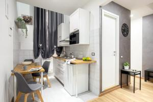 A kitchen or kitchenette at Sant'Ambrogio 7