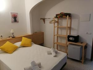 A bed or beds in a room at Hostal Pepe