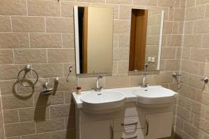 Um banheiro em النسيم العليل شقة رقم واحد