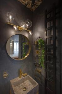 Salle de bains dans l'établissement GuestReady - Amazing Bali-inspired Retreat in Paris 5th!