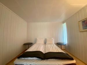En eller flere senger på et rom på Morgedal Gjestehus
