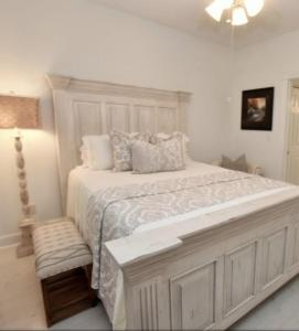 A bed or beds in a room at ARROWHEAD AT RIVERWALK-Golf, close to beaches. LOCATION!