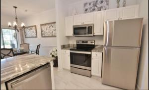 A kitchen or kitchenette at ARROWHEAD AT RIVERWALK-Golf, close to beaches. LOCATION!