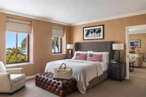 A bed or beds in a room at Fairmont Miramar Hotel & Bungalows