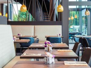 A restaurant or other place to eat at Hotel Mercure Blankenberge Station