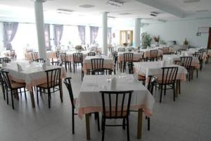 A restaurant or other place to eat at HOTEL NOVO