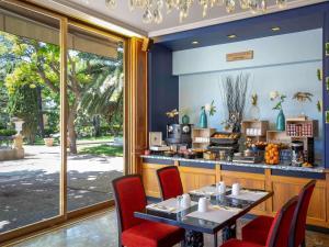 A restaurant or other place to eat at Mercure Marseille Centre Bompard La Corniche