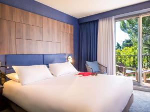 A bed or beds in a room at Mercure Marseille Centre Bompard La Corniche