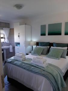 A bed or beds in a room at Umtamvuna View Cabanas