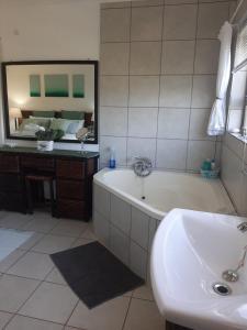 A bathroom at Umtamvuna View Cabanas