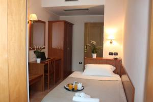 A bed or beds in a room at Hotel Jole