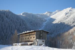 Hotel Górski Kalatówki during the winter