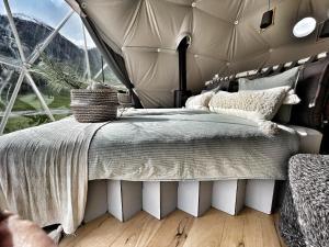 Een bed of bedden in een kamer bij Glamping Hans & Ulrich