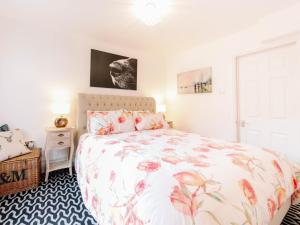 A bed or beds in a room at Pass the Keys Recently renovated 1BR flat with private garden in South London