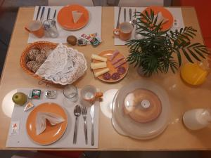 Breakfast options available to guests at Porto Lounge Hostel & Guesthouse