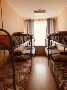 Двухъярусная кровать или двухъярусные кровати в номере Хостел Древний Псков