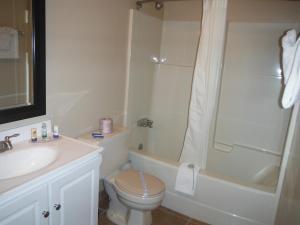 A bathroom at Tumbler Ridge Inn