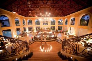 Un restaurante o sitio para comer en Majestic Colonial Punta Cana - All Inclusive