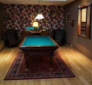 A pool table at Hotel Mezonvin