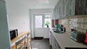 A kitchen or kitchenette at Station Heights