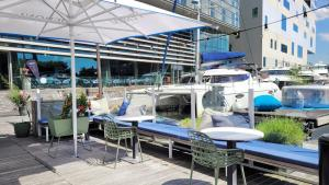 A restaurant or other place to eat at Room Mate Aitana