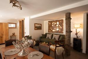 A seating area at Dolomiti Chalet degli Abeti