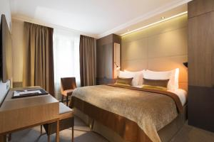 A bed or beds in a room at Hotel Villa Saxe Eiffel