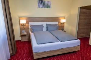 Ein Bett oder Betten in einem Zimmer der Unterkunft Hotel KonradP Holzkirchen