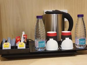 Comodidades para preparar café e chá em Asfar Hotel Suites