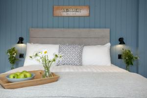 A bed or beds in a room at Leader, Maritime Suites, Brixham