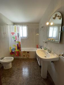 A bathroom at APARTAMENTO CIRAT Ref 050