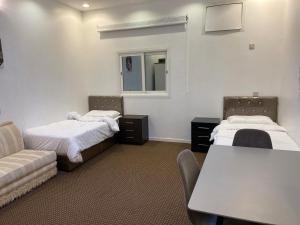 Cama ou camas em um quarto em النسيم العليل شقة رقم خمسة