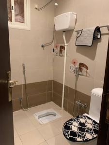 Um banheiro em النسيم العليل شقة رقم خمسة