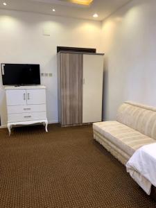 Uma TV ou centro de entretenimento em النسيم العليل شقة رقم خمسة