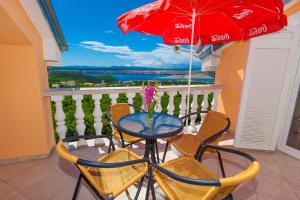 A balcony or terrace at Apartments Villa Americana