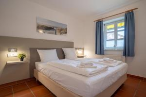 A bed or beds in a room at Feriendorf Rugana - Appartement