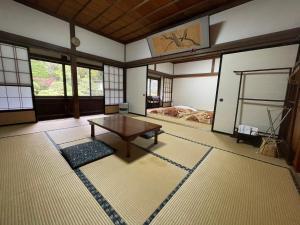 Een zitgedeelte bij Temple Lodging Shukubo Kakurinbo