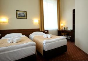 A bed or beds in a room at Memel Hotel