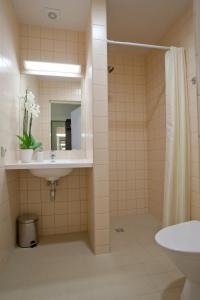 A bathroom at Memel Hotel