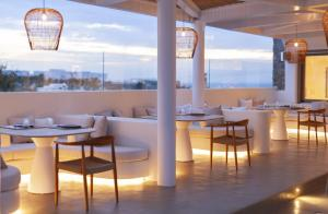 A restaurant or other place to eat at Andronikos Hotel