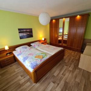 Ein Bett oder Betten in einem Zimmer der Unterkunft Ferienwohnung am Spitzberg