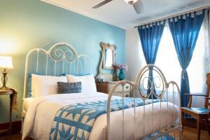 A bed or beds in a room at Complexe d'hébergement la Maison touristique Dugas