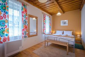 A bed or beds in a room at Sunny Garden Pihenőház