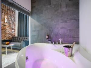 A bathroom at be HAPPY Apartments
